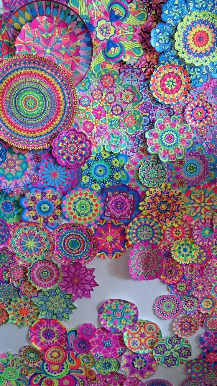Mandala dipinti e ritagliati in attesa di preparare un quadro