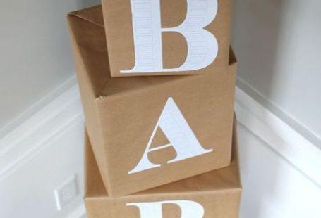 Decora con cubos gigantes hechos con cartón.  Puedes utilizar pliegos o decorar con cajas de cartón viejas. Simplemente debes forrarlas con letras y se verán increíbles sobre las mesas o recargadas en la pared. ¡Recibe a tus invitados de esta forma original