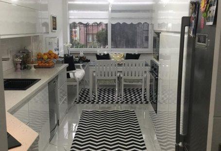 Modern stile siyah, beyaz kontrastı. Zeynep hanımın yeni mutfağı.