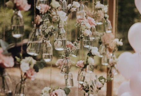 Hochzeitsdeko - Auch an eurem Traubogen könnt ihr die Blumen schweben lassen. Lasst euch von 139 Dekoideen für eure Hochzeit inspirieren! @Dekostories, @Niki Romczyk