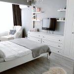 Gri duvar, Yatak Odası, Özel yapım dolaplar, şifonyer, Gri, Gri ve beyaz dekorasyon, Berjer
