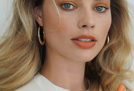 Le make-up corail orange de Margot Robbie sur Instagram Crédit photo : www.instagram.com/patidubroff