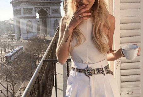 7 Chic Ways To Dress Like a French Women. How to style your clothing to achieve the classic Parisian chic look #frenchstyle #stlye #fashion #street