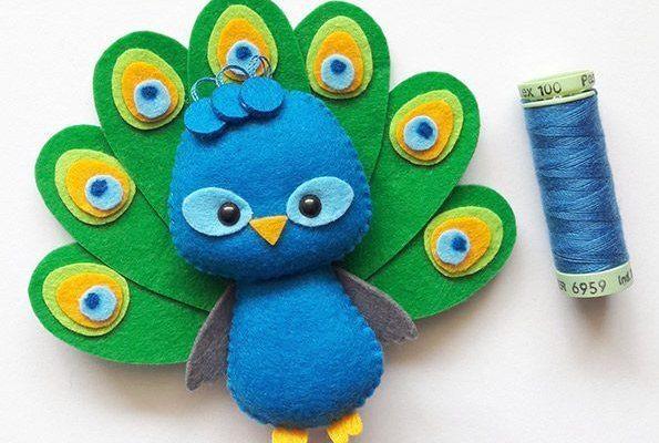 Apostila Digital - Pavão - Versão Pocket em feltro, fácil confecção. Adquira a sua na loja oficial (clique em visitar ou acesse www.timart.com.br) :::::::::::: Pattern PDF, to make in felt. Vectored templates! Use to make souvenirs, pencil tips, fingertips, and more! Get yours in the official store: www.timart.com.br