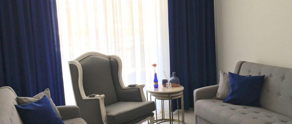 Oturma Odası, Lacivert, Lacivert ve gri salon dekorasyonu, Berjer, Halı, Fon perde, Perde, Altın renk ile dekorasyon, Avize, Gri