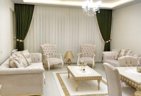 Salon, Klasik stil, Krem, Avize, Asma tavan, Orta sehpa, Beyaz parke, Derzli parke, Fon perde, Perde, Altın