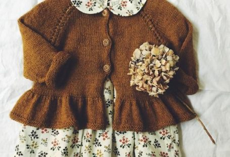 A top down knitted cardigan with a cute swing. The design is a little shorter as regular cardigans, so that the peplum skirt finds its perfect expression right under the waist.