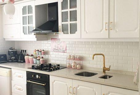 Esra hanımın tadilat ile yenilenen country stil mutfağı ve şık banyosunun konuğuyuz. Beyaz mutfakta, country esintili dolaplar siyah rustik ankastrelerle tamamlanmış. Alanın zarifliği altın detaylar v...