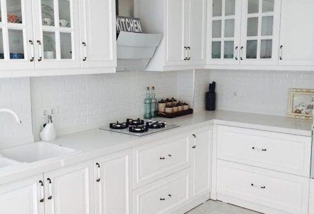 2 hafta içinde düğünü olan Esra hanım, evin her odasını kendi tasarlayıp, zevkine göre yaptırma imkanı bulmuş. Beyazlar içindeki mutfağı country stil dolapları, beyaz ankastreleri ve sade stiliyle ayd...