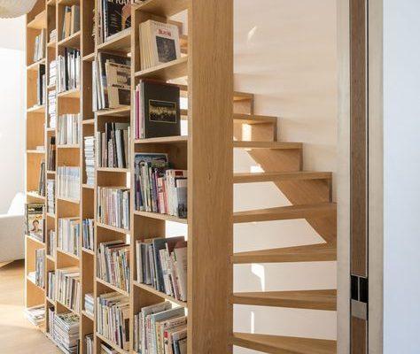 Berkenmultiplex gelakt 18 mm Boekenkast als traphek.