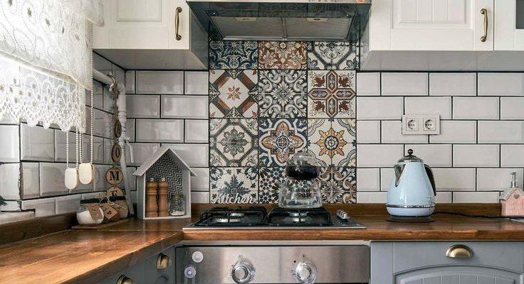 Rustik esintilerin hissedildiği bu çiftlik evi stil mutfakta gri ve beyaz iki renkli kapaklar, ev sah... #backsplash #dekowohnung #patchwork #tones