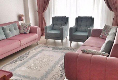 Klasik stil beyaz rengin sadeliğinde, modern stil renkli seçimlerin enerjisinde. Hülya hanımın keyifli evinde, her odada bambaşka bir atmosfer sizi karşılıyor. Salonda klasik mobilyalara beyazlar, otu...