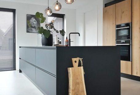 binnenkijken bij huisindebocht - Heerlijk groot keukeneiland met eindeloze opbergruimte . Hart van het huis