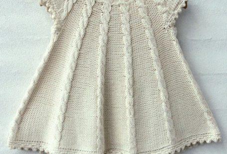 En fin babykjole med snoninger. Kjolens snoninger er en fin detalje og samtidig en sjov udfordring.