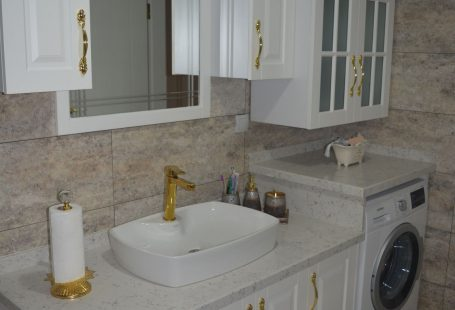 Banyo, Altın renk ile dekorasyon, Banyo dolabı, Banyo tezgahı, Banyo aynası, Tezgah üstü lavabo