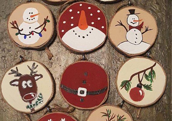 Lot de 10 décorations fabriqué à partir de tranches de bois (bois a été obtenu occasion bien que nous pensons que c'est érable à Giguère). Un côté est en bois naturel et de l'autre côté est peint avec de la peinture acrylique. Chaque ornement a un design différent de Noël avec soit