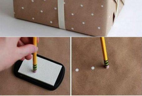 Machen Sie Ihr eigenes Geschenkpapier mit weißen Punkten und packen Sie Ihre Geschenke ...  #eigenes #geschenke #geschenkpapier #machen