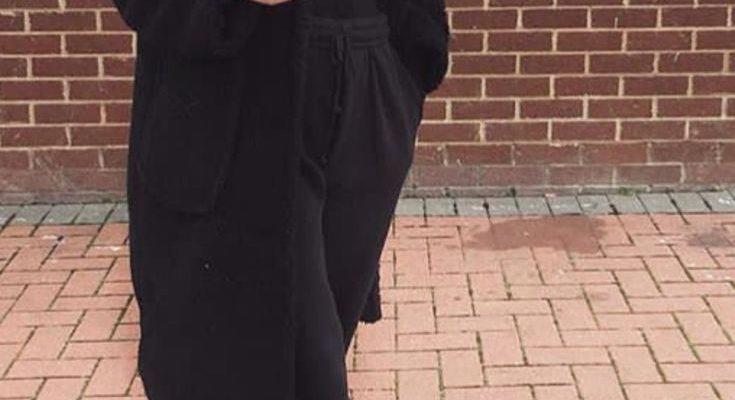 Mode femme tenue confortable casual avec un jogging noir un long manteau noir