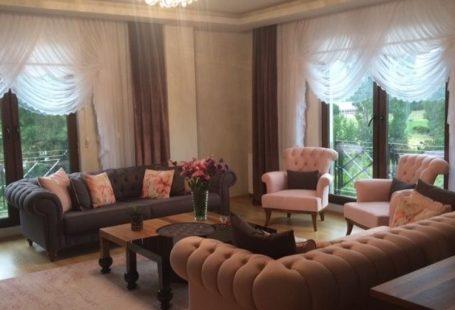 Ahşabın siyah ile uyumu ile modern çizgide, zarif mobilyalarını, mobilyaların keskin çizgisini biraz yumuşatan, stil sahibi olduğu kadar, rahat ve sıcak bir ortam oluşturan renklerle tamamlamış ev sah...