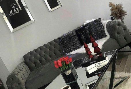 Salon, Modern stil, Gri, Kapitoneli koltuk, Aynalı mobilya, Kırlent, Aksesuar, Sehpa üstü aksesuarı, Ayna çerçeve, Duvar dekorasyon, Post halı, çiçek aranjmanı, Metal ayaklı sehpa