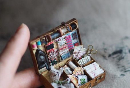 These breathtakingly intricate miniatures are the work of Japanese artist Kiyomi, a mother of two who manages to find the time to dedicate to her hobby which certainly requires a lot of skill, patience, and dedication.