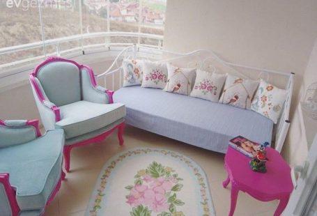 Pastel tonlarda uçuk renkler, yenilenmiş 30 senelik mobilyalara eşlik eden country stil parçalar ve abartısız, zarif aksesuarlarıyla Ankara