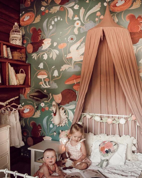 Dieser skurrile Wald wird das Zimmer und die Phantasie Ihres Kindes einkapseln. Üppige Blüten blühen neben aufsteigenden Vögeln und hinterhältigen Eichhörnchen. Pilze schmücken Ihre Wand neben den süßesten Tierchen. Das Pippie Wandbild hat die Fähigkeit, reine Verzauberung in Ihren Raum zu bringen