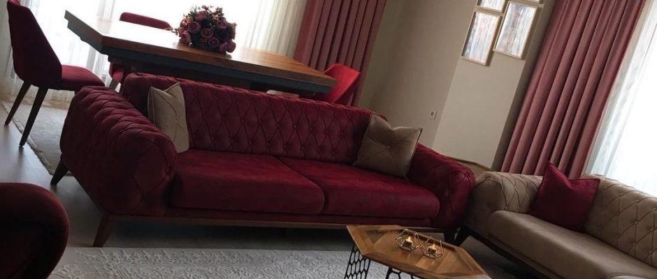 Modern stile klasik ve retro esintiler katan mobilyaları, sıcak renklerle tamamlayan Dilek hanım, salonunu dekore ederken keyifli ve yaşaması kolay bir ortam hayal etmiş. Zarif detaylara sahip, ceviz...
