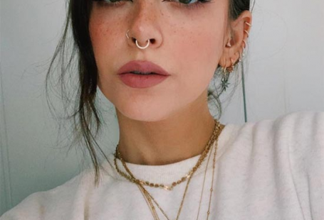 How to Fake Freckles with Makeup: Faux Freckles Tips - Glowsly #makeup #beautytips #beauty #freckles Women