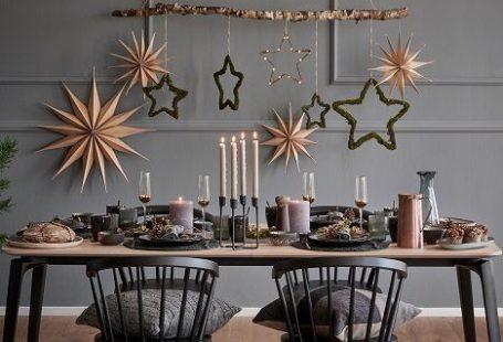 So funktioniert der Look »Nordische Weihnacht«: God Jul! Der Scandi-Style verleiht jeder Weihnachtstafel moderne Eleganz. Für ein stimmungsvolles Festessen im nordischen Stil ist klares, reduziertes Design genauso wichtig wie kuschelige Felle, Kissen & viele viele Kerzen, die für Gemütlichkeit sorgen. So wirkt auch die angesagte Farb-Kombi aus Schwarz, hellem Holz und Kupfertönen cool aber nicht kühl! // Esszimmer Weihnachten Skandinavisch Deko Ideen #Esszimme