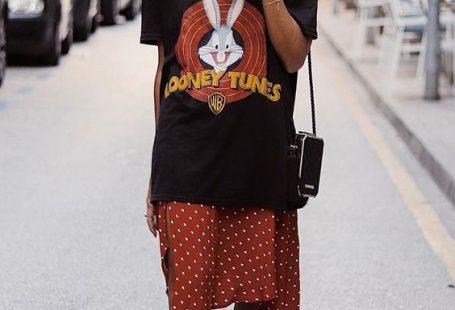 9 dicas para incrementar o look casual - #GuitaModa. T-shirt estampada preta, saia midi vermelha com estampa poá, tênis preto