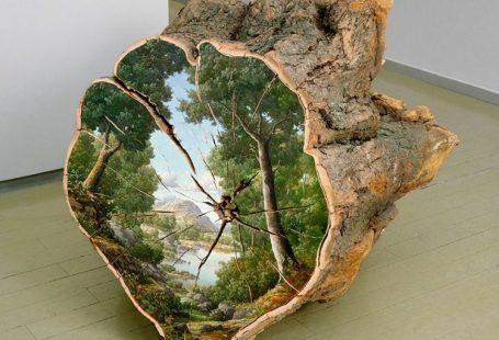 Alison Moritsugu schafft Baumstamm Deko. Sie bemalt Baumstämme und Holzblöcke mit lebendigen Landschaftsbildern. Dabei ist ihre Kunst mit keiner Baumfällung verbunden