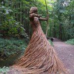 Der Künstler füllt den Wald mit lebensgroßen Skulpturen aus gewebten Weidenruten,  #aus #den #der #fullt #gewebten
