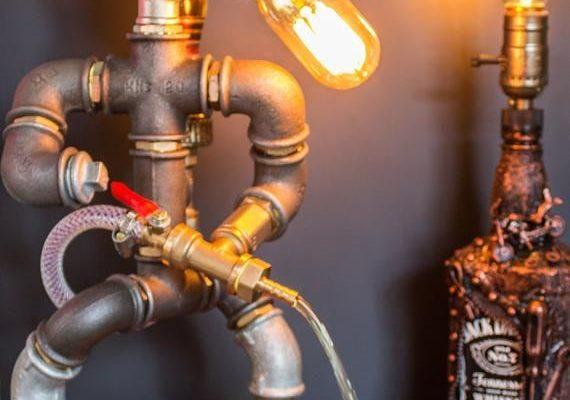 KLAAR OM TE VERZENDEN! ***  Handgemaakte industriële rustieke Edison tafel-bureaulamp. En ook dit is een prachtige drank dispenser. Is een cool cadeau voor de mans Cave, Office of Bar, en zal er ook geweldig uitzien met elke loft-stijl of vintage items. Geweldig voor elke kamer in het huis, vooral