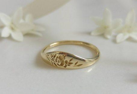 Elegante en unieke 14 karaats vergulde trouwring, een nieuwe stapelbare versie van onze geliefde vintage stijl bloemen bruiloft band, unieke gouden trouwring voor de modieuze bruid te zijn. * Band breedte: 1.5 mm, breed deel breedte: 5 mm * Dikte: 1,5 mm * Verkrijgbaar in 14K of 18 K