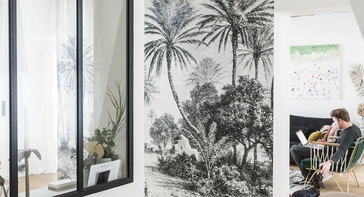 Papier peint + Verrière avec baguettes et moitié mur = niche + verrerie teintée biscornue + eucalyptus