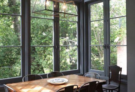 Karen & Gawie's Artistic Home in South Africa Große Fenster für eine lichtdurchflutete Küche: Karen & Gawies Artistic Home in Südafrika
