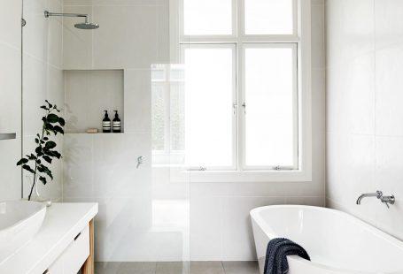 Prachtige badkamer inspiratie! Chique en stijlvol, maar ook praktisch en heel goed ingedeeld. De rust die deze badkamer uitstraalt vinden wij top. Alles chromen kranen, tijdloos dus. #skypejebadkamer
